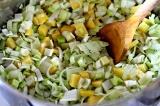 Шаг 4. Картофель и лук обжарить на оливковом масле.