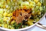 Шаг 7. Добавить в кастрюлю петрушку, чеснок, сухой имбирь, карри и лавровый лист