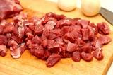 Шаг 1. Мясо мелко порезать. Поставить тушиться.