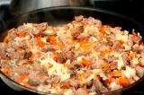 Шаг 4. Лук, морковь добавить к мясу, потушить.
