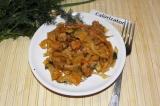 Готовое блюдо: тушеная капуста с мясом и фасолью