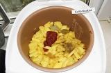 Шаг 5. В готовое мясо добавить картофель, томатную пасту, соль, специи.
