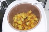 Шаг 6. Готовый картофель еще раз перемешать и посыпать рубленой зеленью.
