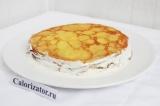 Шаг 10. Смазать стенки торта, но при этом еще половину крема оставить.