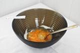 Шаг 1. В глубокую миску бросить яйцо, сахар и соль, перемешать.