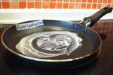 Шаг 6. Взять 10 гр. сливочного масла и смазать им сковороду. Затем ее нужно нагр