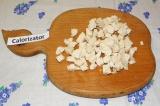 Шаг 4. Куриное мясо отварить, полностью остудить, нарезать мелкими кубиками.