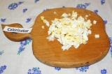 Шаг 5. Яйца сварить вкрутую и нарезать кубиками.