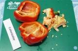 Шаг 1. Перец разрезать пополам вдоль, очистить от семечек и пленок.