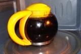 Шаг 5. Когда чай закипит, выключить микроволновку и остудить до 40 градусов.