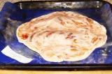 Шаг 10. Когда корж начнет пропекаться, смазать его майонезом и кетчупом.