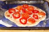 Шаг 11. Выложить лук, перец и помидоры.