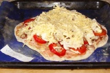Шаг 13. Присыпать пиццу тертым на крупной терке сыром. Поставить обратно в духов
