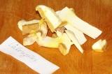 Шаг 7. Маслята нарезать небольшими кусочками.