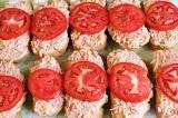 Шаг 6. Выложить на хлеб массу, помидор сверху и отправить в духовку при 180 гра