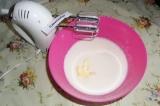 Шаг 3. Затем добавить размягченное сливочное масло и сметану. Все взбить до одно