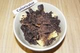 Шаг 4. 100 грамм шоколада и 75 грамм сливочного масла растопить на паровой бане.