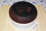 Шаг 7. Готовый пирог вывалить на решетку для приготовления пищи на пару и дать о