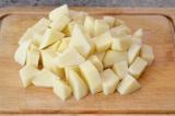 Шаг 6. Почистить картофель и нарезать небольшими кубиками.