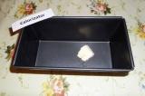 Шаг 6. Смазать форму для кекса сливочным маслом.