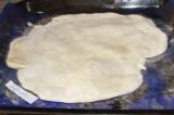 Шаг 5. Достать из духовки корж до того, как он начнет зарумяниваться.