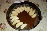 Шаг 9. Вылить карамель на дно формы, сверху уложить ломтики яблок.