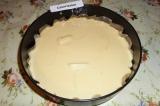 Шаг 10. Поверх слоя из яблок вылить тесто. Отправить пирог в разогретую до 180 г