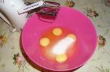Шаг 1. Взбить яйца, 100 гр. сахара и 0,5 ст.л. мёда.