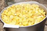 Шаг 4. Влить сироп обратно в ягоды и поставить на огонь.