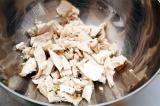 Шаг 8. Куриное мясо нарезать и закинуть обратно в суп.