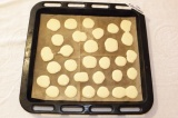 Шаг 4. Поместить тесто в кондитерский мешок и отсадить лепешки.