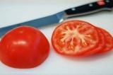 Шаг 6. Порезать помидор.