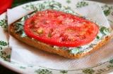 Шаг 7. Положить помидор на кусочек. Посолить, поперчить, добавить масло.