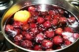 Шаг 3. Добавить ягоды, лимон и сахар. Варить 7–10 минут.