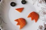 Шаг 8. Украсить салат тёртым белком, маслинами и варёной морковью.