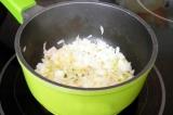 Шаг 3. Разогреть оливковое и сливочное масло и обжарить лук.