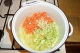 Шаг 4. К луку добавить морковь, сельдерей, чеснок и лук. Все овощи обжарить мину