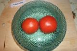 Шаг 5. На верхушках у помидоров сделать крестообразные надрезы, залить их кипятк