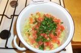 Шаг 6. В кастрюлю добавить нарезанные и очищенные помидоры, измельченную петрушк