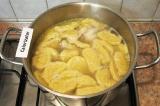 Шаг 9. Опустить в суп клецки.