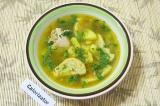 Готовое блюдо: суп с клецками и куриными крылышками