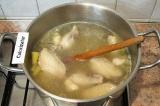 Шаг 8. В кипящий бульон положить нарезанный картофель, посолить, поперчить и вар