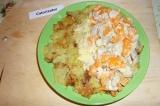 Шаг 10. Обжаренный картофельный блин выложить на тарелку, на одну половину блина