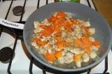 Шаг 6. Добавить сухие итальянские травы, черный молотый перец и посолить, все пе