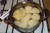 Шаг 1. Картофель варить 8 минут, при интенсивном кипении.