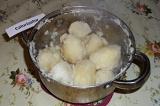 Шаг 3. Слить воду, накрыть кастрюлю крышкой и хорошо потрясти картофель, чтобы н