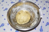 Шаг 4. Замесить плотное, но в то же время мягкое тесто. Поставить для расстойки