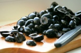 Шаг 3. Порезать маслины.