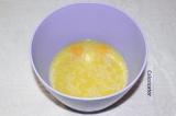 Шаг 2. Добавить в остывшее масло яйца, сахар, ванилин и все взбить миксером.