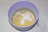 Шаг 4. Влить в тесто молоко. Молоко должно быть комнатной температуры.